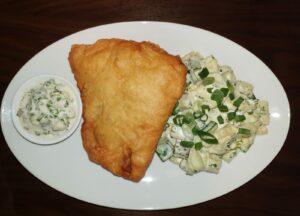 Hausgemachter Backfisch vom Seelachs mit Remoulade und Kartoffelsalat